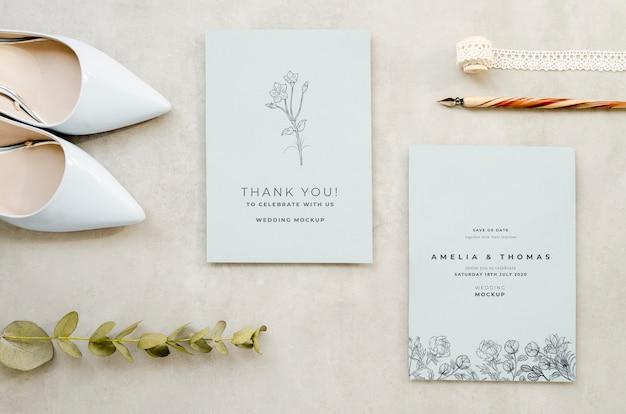 Bovenaanzicht van bruiloft kaarten met pen en schoenen Gratis Psd
