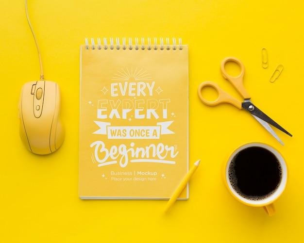 Bovenaanzicht van bureau met laptop en koffie Gratis Psd