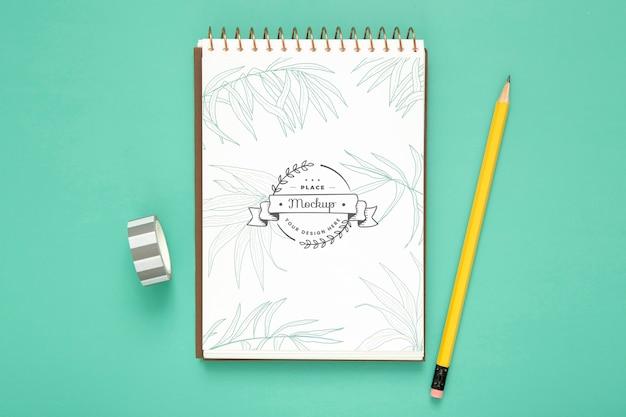 Bovenaanzicht van bureau oppervlak met potlood en notebook Gratis Psd