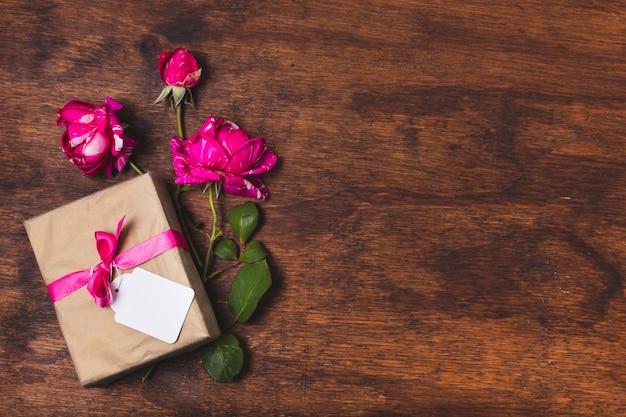 Bovenaanzicht van cadeau met rozen en kopie ruimte Gratis Psd