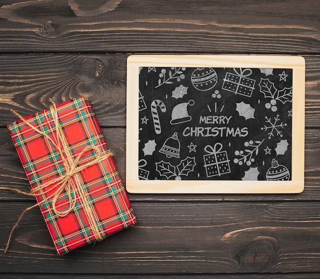 Bovenaanzicht van chalboard mock-up met kerstcadeau Gratis Psd