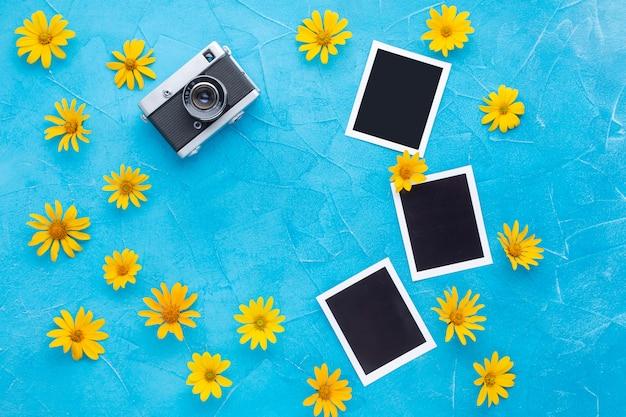 Bovenaanzicht van foto's en camera met gele kamille Premium Psd