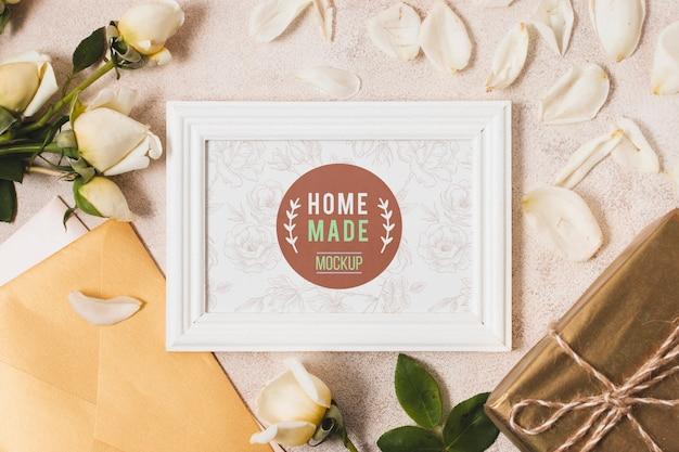 Bovenaanzicht van frame met geschenken en rozen Premium Psd