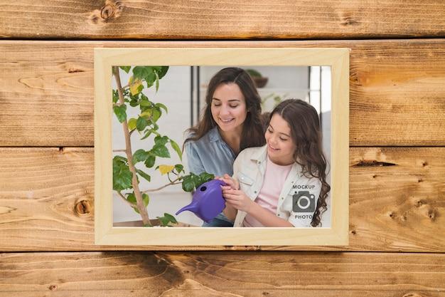 Bovenaanzicht van frame op houten achtergrond Gratis Psd