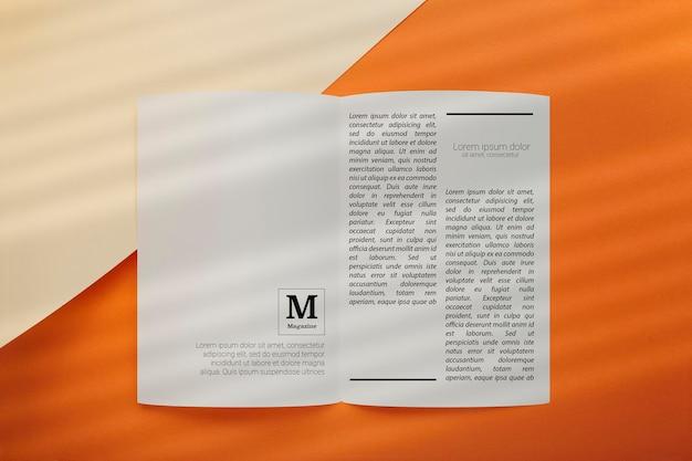 Bovenaanzicht van geopend redactioneel tijdschriftmodel Gratis Psd