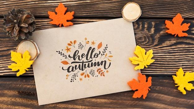 Bovenaanzicht van hallo herfst papier op houten tafel Gratis Psd