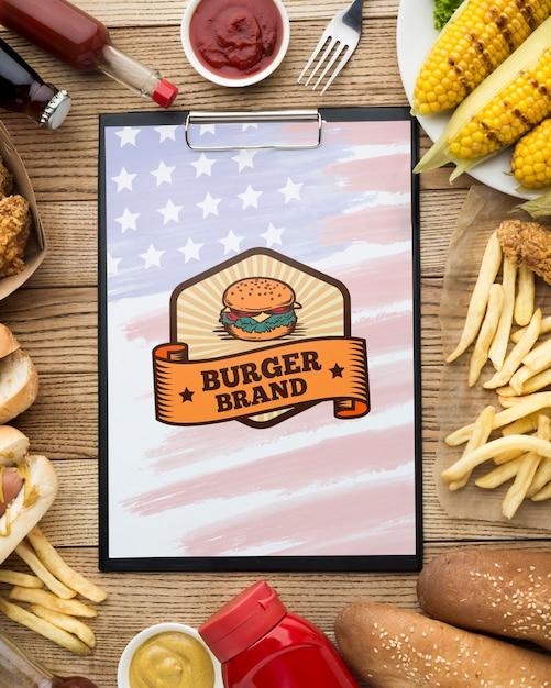 Bovenaanzicht van heerlijk amerikaans eten mock-up Gratis Psd