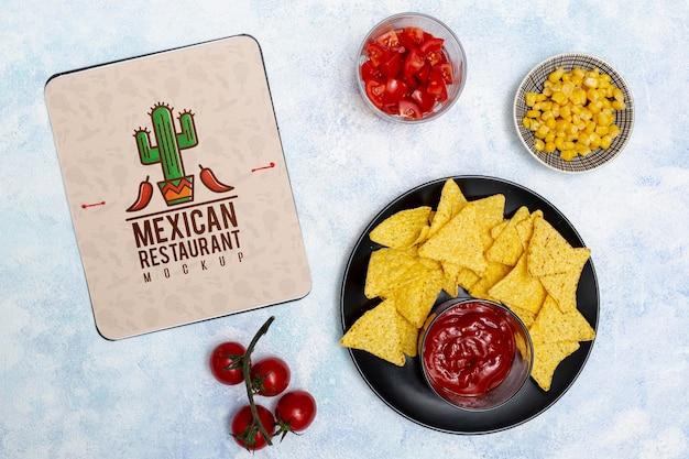 Bovenaanzicht van mexicaans restaurant eten met nacho's en tomaten Gratis Psd