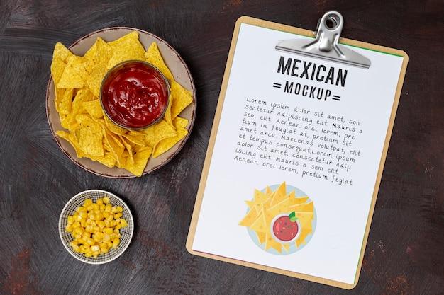 Bovenaanzicht van mexicaans restaurantvoedsel met maïs en nacho's Gratis Psd