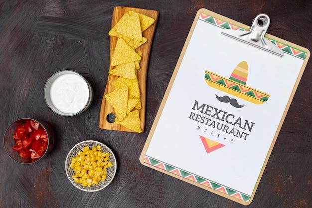 Bovenaanzicht van mexicaans restaurantvoedsel met nacho's en maïs Gratis Psd