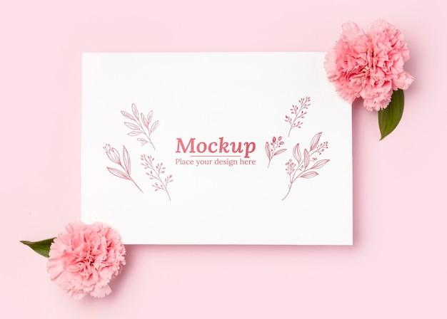 Bovenaanzicht van mock-up met bloemen Premium Psd