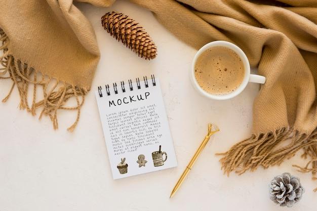 Bovenaanzicht van notebook met koffie en sjaal Gratis Psd