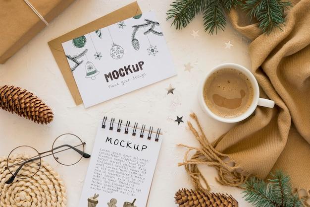 Bovenaanzicht van notebook met sjaal en koffie Gratis Psd