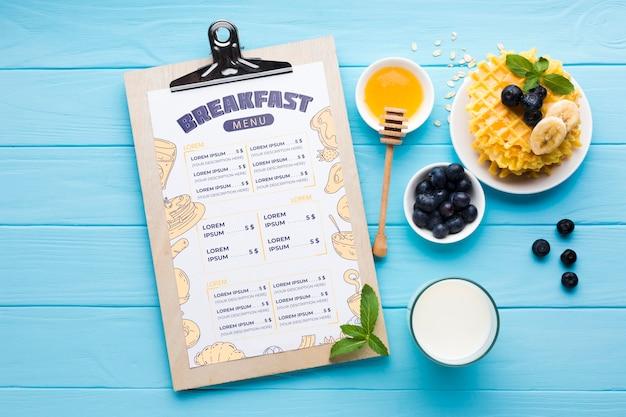 Bovenaanzicht van ontbijt eten met bosbessen en wafels Gratis Psd