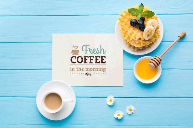 Bovenaanzicht van ontbijt eten met honing en wafels Gratis Psd