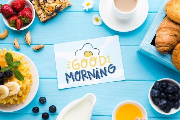 Bovenaanzicht van ontbijt eten met wafels en croissants Gratis Psd