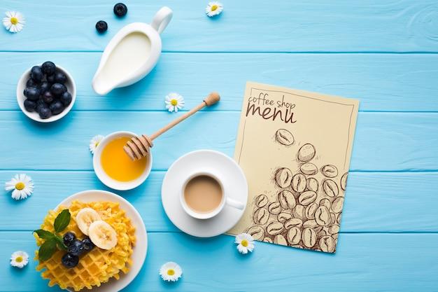 Bovenaanzicht van ontbijt eten met wafels en koffie Gratis Psd