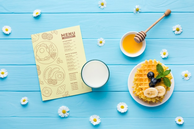 Bovenaanzicht van ontbijt eten met wafels en melk Gratis Psd