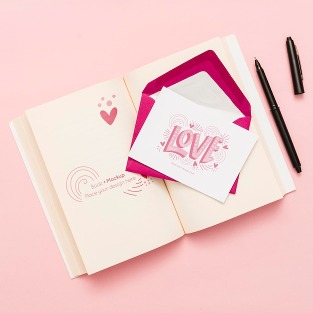 Bovenaanzicht van open boek met envelop en kaart Gratis Psd