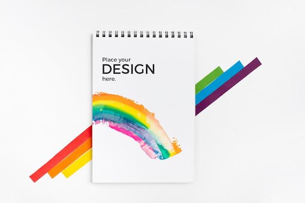 Bovenaanzicht van regenboogkleuren met laptop Gratis Psd