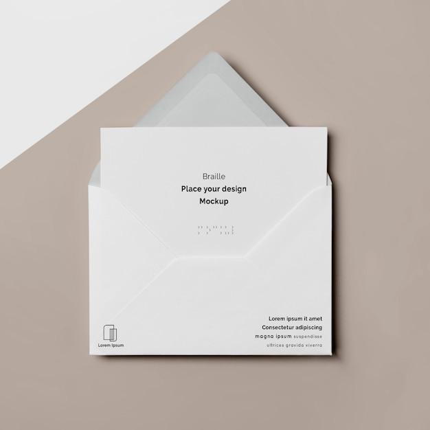 Bovenaanzicht van visitekaartje met braille en envelop Gratis Psd