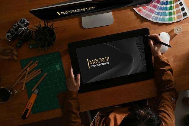 Bovenaanzicht van vrouwelijke grafisch ontwerper die met digitale tablet mockup werkt Premium Psd