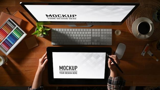Bovenaanzicht van vrouwelijke grafisch ontwerper die werkt met tablet-, computer- en leveringsmodel Premium Psd