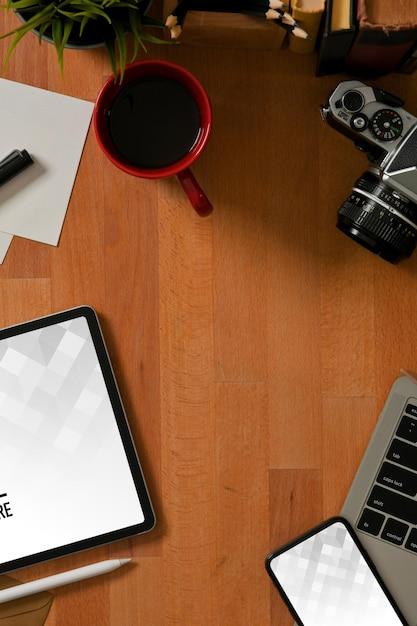 Bovenaanzicht van werkruimte met mockup voor digitale tablet en smartphone Premium Psd