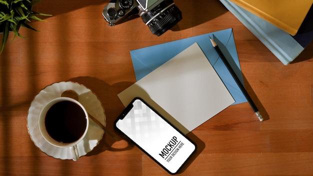 Bovenaanzicht van werkruimte met smartphonemodel Premium Psd