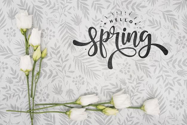 Bovenaanzicht van witte lente rozen Gratis Psd