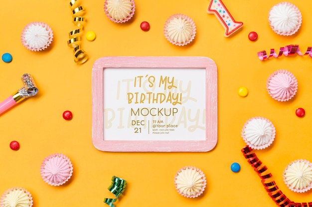 Bovenaanzicht verjaardag concept met confetti Gratis Psd