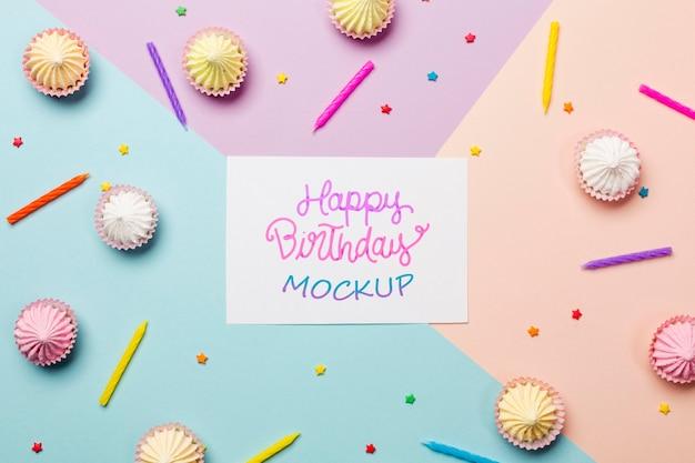 Bovenaanzicht verjaardag concept met cupcakes Gratis Psd