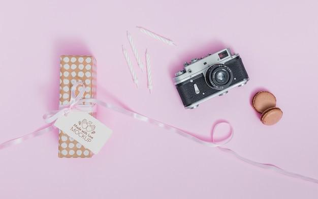 Bovenaanzicht verjaardagscadeau met lint en label Gratis Psd