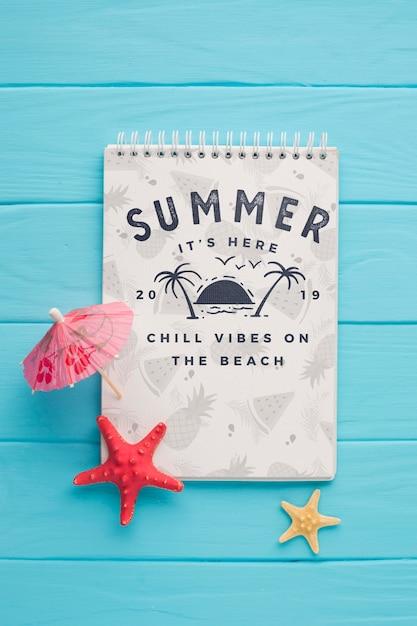 Bovenaanzicht zomer kladblok met cocktail paraplu Gratis Psd