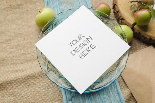 Briefpapiermodel van gescheurd papier met fruit Premium Psd