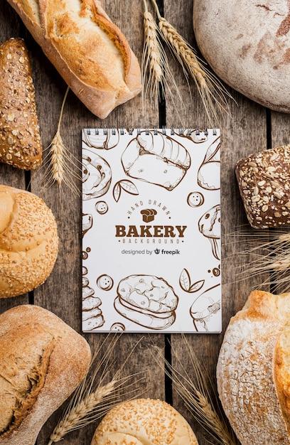 Brood en notebook op tafel Gratis Psd
