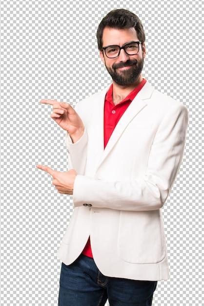 Bruna uomo con gli occhiali che punta al laterale Psd Premium