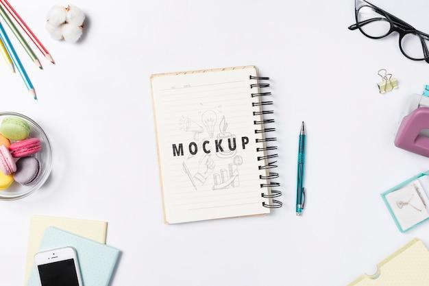 Bureau cocnept met notitieboekje voor notitiesherinneringen Gratis Psd