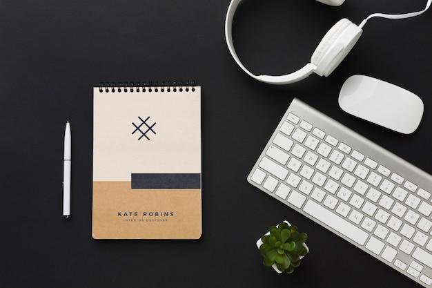 Bureau met toetsenbord en notitieboekjemodel Gratis Psd