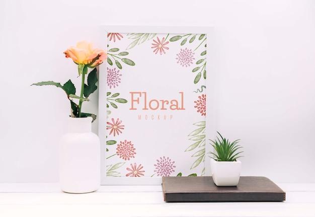 Bureausamenstelling met bloemdecor en kadermodel Gratis Psd