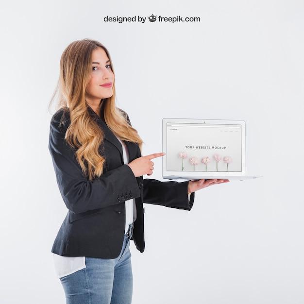 Businesswoman presentando tavoletta Psd Gratuite