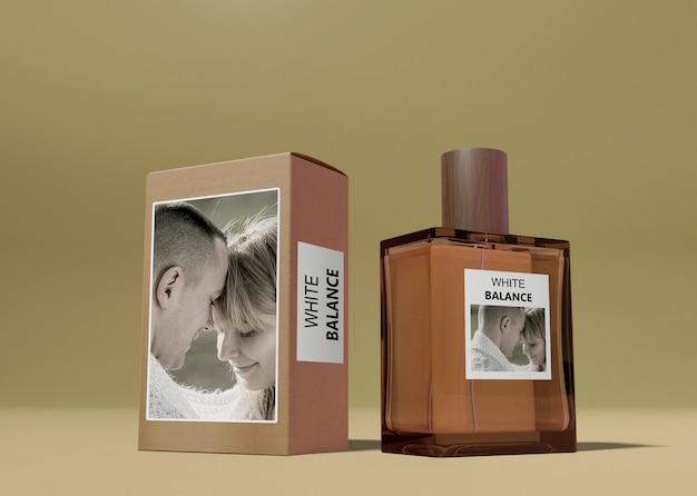 Caja de perfume y frasco en mesa PSD gratuito