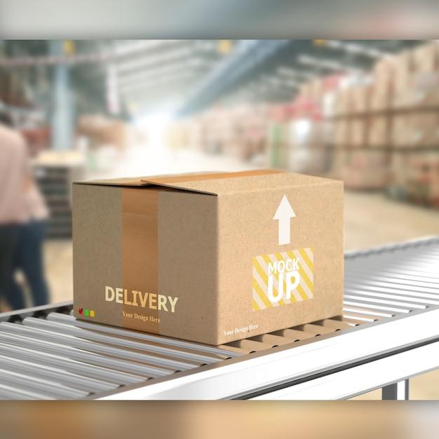 Caja sobre rodillo transportador en maqueta de almacén. PSD Premium