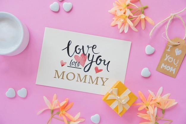 Cardi il mockup con la composizione piana di giorno delle madri Psd Gratuite