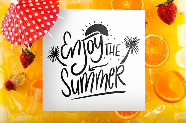 Cardi il modello con il concetto tropicale dell'estate con i frutti Psd Gratuite