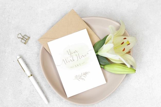 Carta di invito mockup con penna bianca e fiori Psd Premium