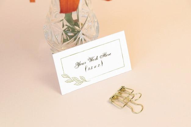 Carta di nome del mockup con vaso sul tavolo Psd Premium