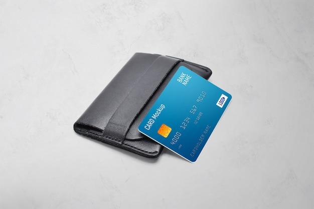Carta di plastica su un modello di portafoglio Psd Premium