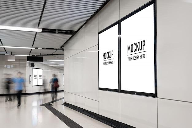 Cartelera en blanco ubicada en pasillo subterráneo o metro para publicidad, concepto de maqueta, obturador de baja velocidad de luz PSD Premium