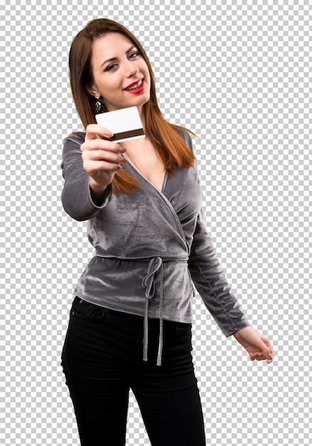 Chica joven hermosa que sostiene una tarjeta de crédito PSD Premium